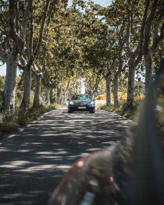 Porsche 911 negro bosque
